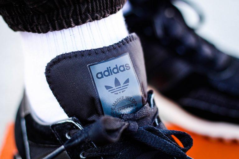 Detailfoto der Zunge eines schwarzen Adidas L.A Trainer OG
