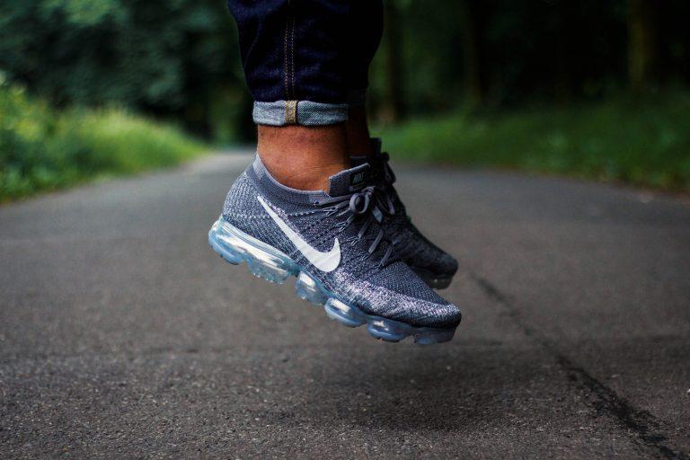 "Nike Air Vapormax ""Asphalt"" im Sprung"