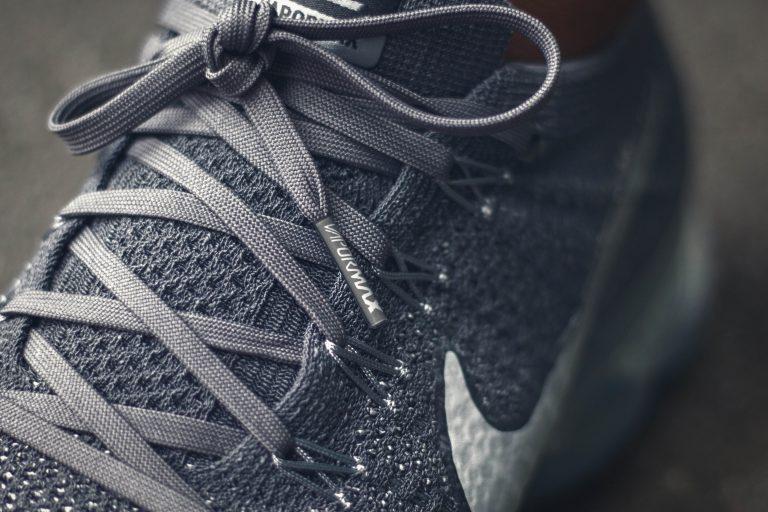 """Detailfoto des Flyknits under Laces des grauen Nike Air Vapormax """"Asphalt"""""""
