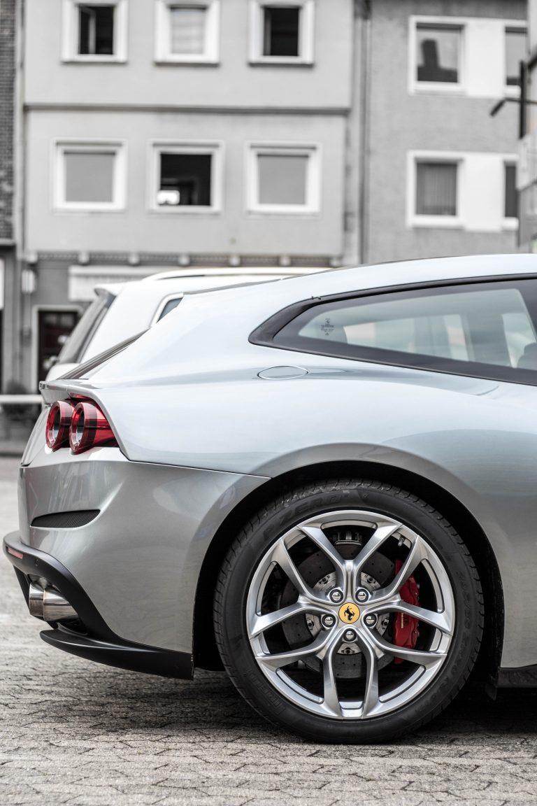 silberner Ferrari GTC 4 Lusso Automotive Fotograf Hannover