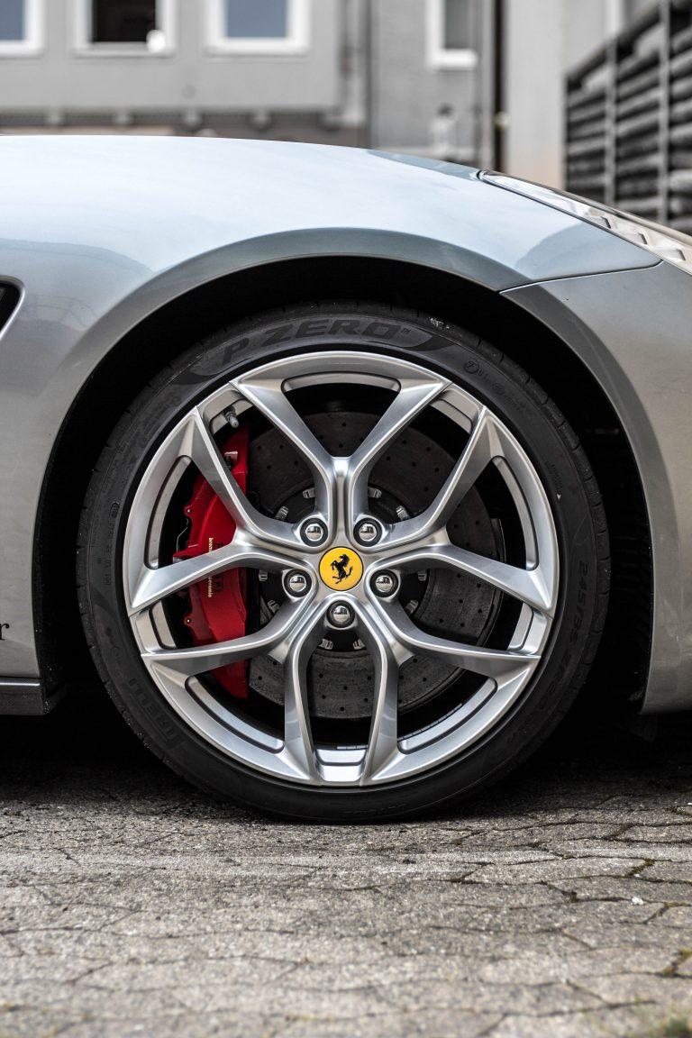 Felgen eines silbernen Ferrari GTC 4 Lusso Automotive Fotograf Hannover