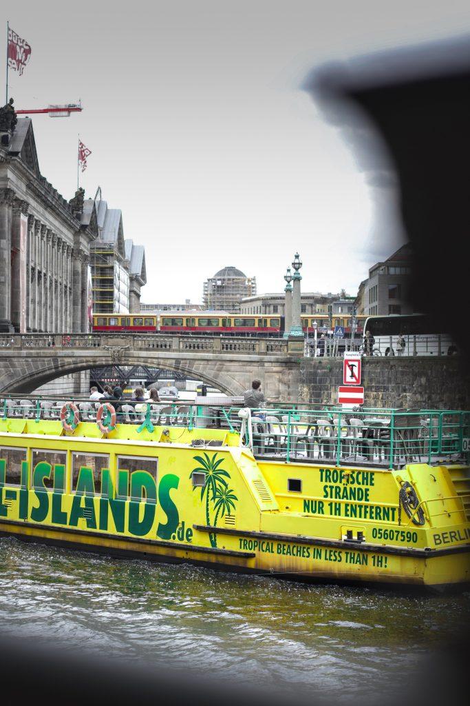 S-Bahn und Aussichtsboot beim Überqueren der Spree