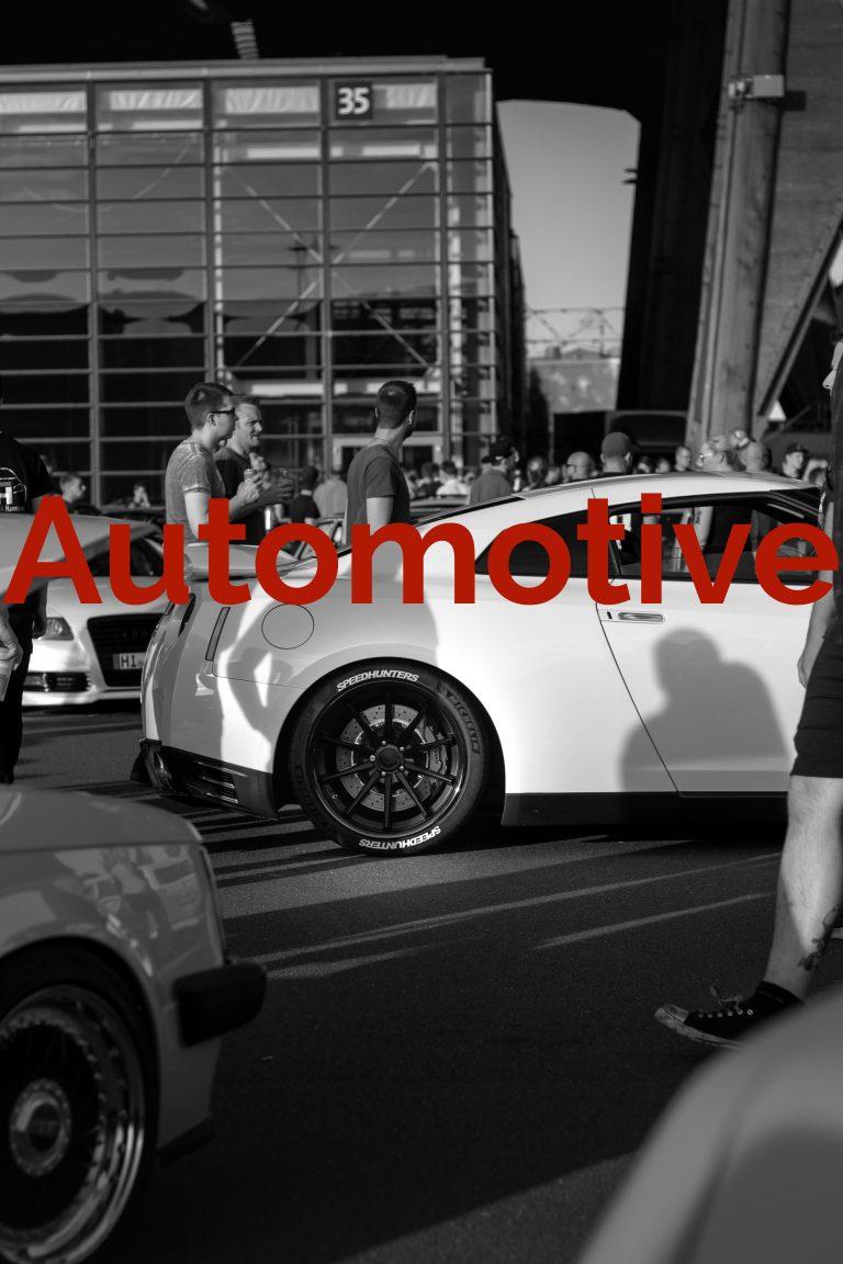 Heck eines weißen Nissan GT-R R35 von der Seite als Titelbild